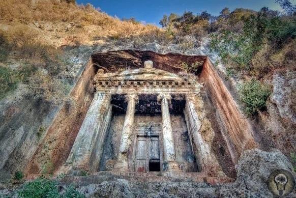 Величественные древние гробницы, высеченные высоко в скалах