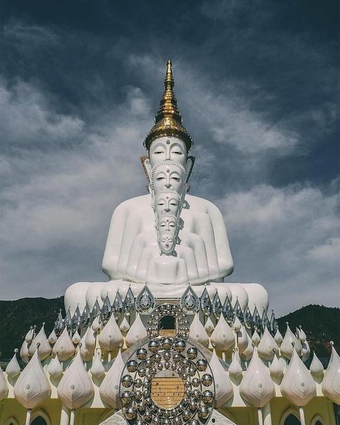 Ват Пха Сорн Каев, храм на Хрустальной скале, в провинции Пхетчабун. Спрятанный высоко в горах на севере центрального Таиланда, храм представляет собой убежище Дхармы для монахов и
