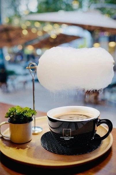 Этот кофе подается с облаком «сладкой ваты» Пар кофе поднимается, чтобы растворить «сладкую вату», и облако начинает поливать кофе