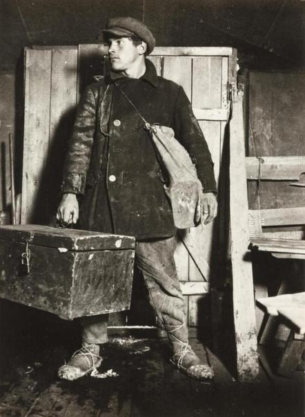 Рабочий Виктор Калмыков, прибывший на строительство Магнитки, Магнитогорск, СССР, 1930е
