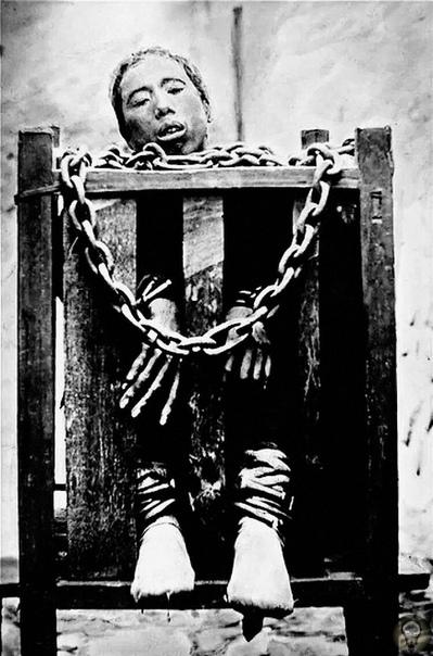 Наказания и казни в Китае 19 века Арсенал инструментов был просто огромен: ножи, пилы, топоры, секиры, долота, сверла, плети, палки и иглы.Так же в Китае существовала так называемая