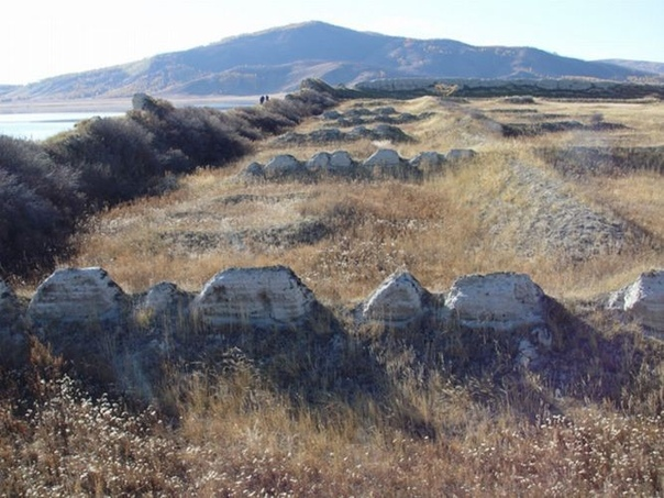 ПОР-БАЖИН: КРЕПОСТЬ ПОСРЕДИ ОЗЕРА В республике Тыва, которая находится около границы России и Монголии, на высоте 1300 метров прячется в горах озеро Тере-Холь. Изучение уйгурской крепости