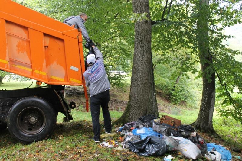 Власти КЧР призвали оборудовать площадки для сбора мусора в Архызе