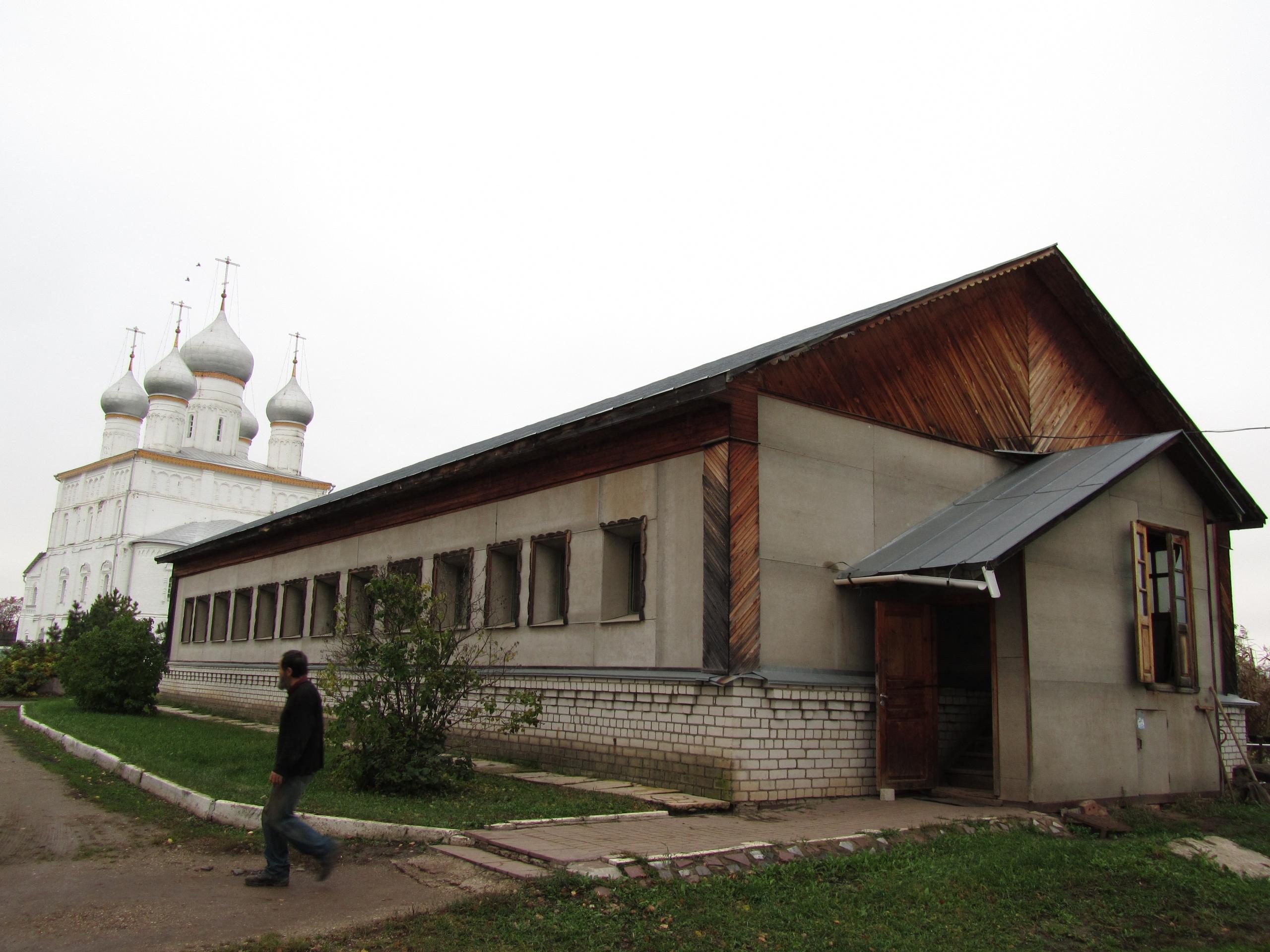 вагоны-общежития в мужском монастыре
