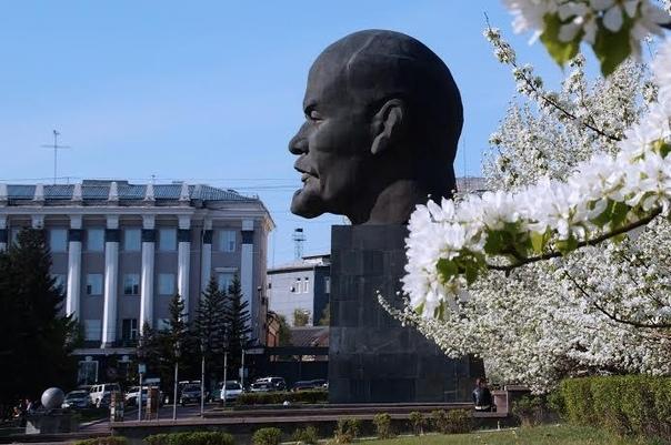 Памятник основателю Советского государства  Владимиру Ленину, установленный в центре города Улан-Удэ на площади Советов
