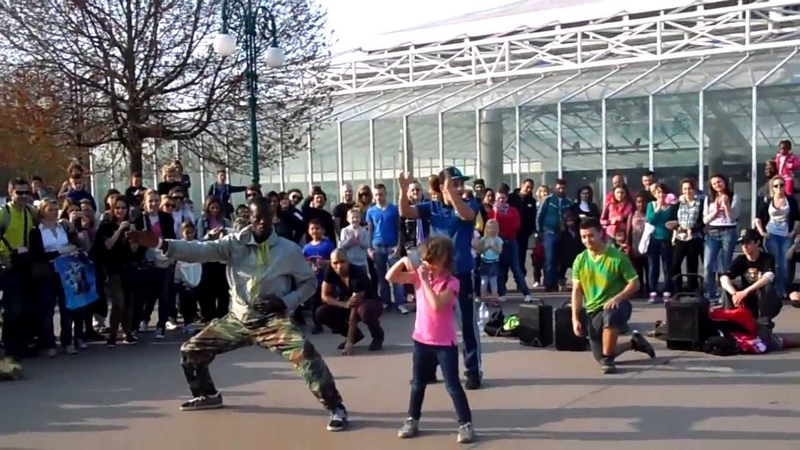 Уличные танцы. Девочка молодец, не растерялась) Франция, Диснейленд. France, Disneyland
