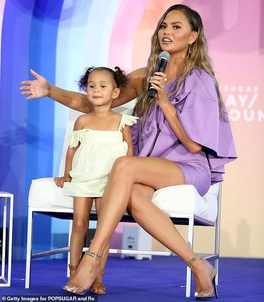 Галь Гадот с дочерью Альмой Эмили РатаковскиКрисси Тейген с дочерью Луной
