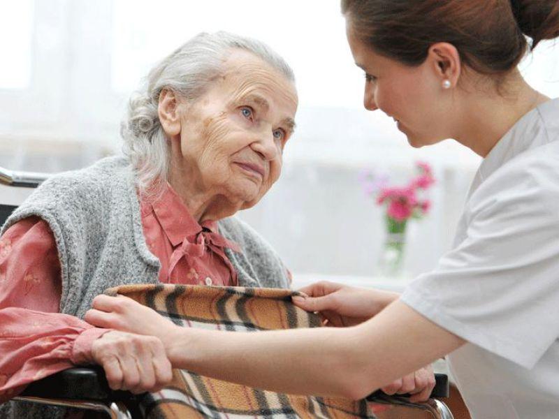 Работники по уходу на дому могут помочь пожилым людям, которые не в состоянии заботиться о себе.