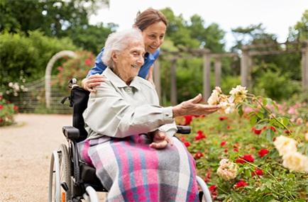 Работники по уходу на дому оказывают эмоциональную и физическую поддержку пожилым людям.