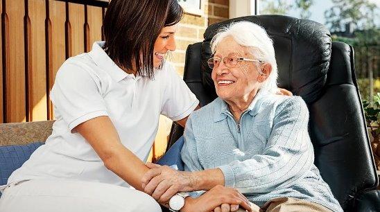 Работа, выполняемая работником по уходу на дому, помогает человеку оставаться в своем собственном доме.