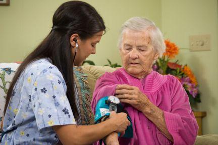 Работники по уходу на дому могут предоставить базовые медицинские осмотры.
