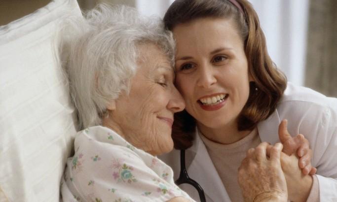 Что делает работник по уходу за пожилыми людьми на дому?