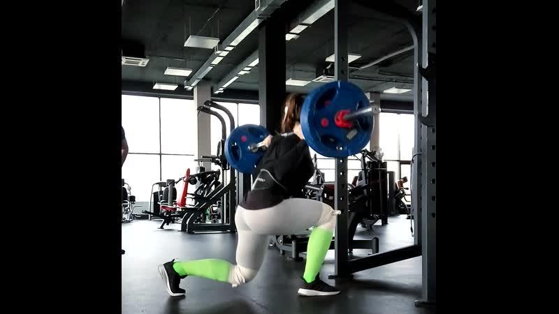 Обратные выпады 100 кг по 20 повторений на каждую ногу часть подхода