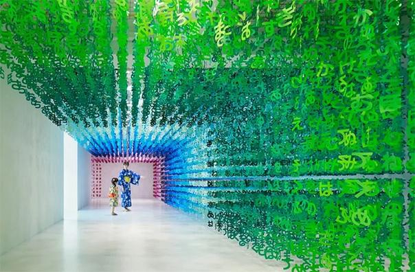 Вселенная букв Французский архитектор и художник Эммануэль Моро уже много лет живет в Японии, где открыла собственную компанию. Один из последних проектов Моро называется «Вселенная букв» и