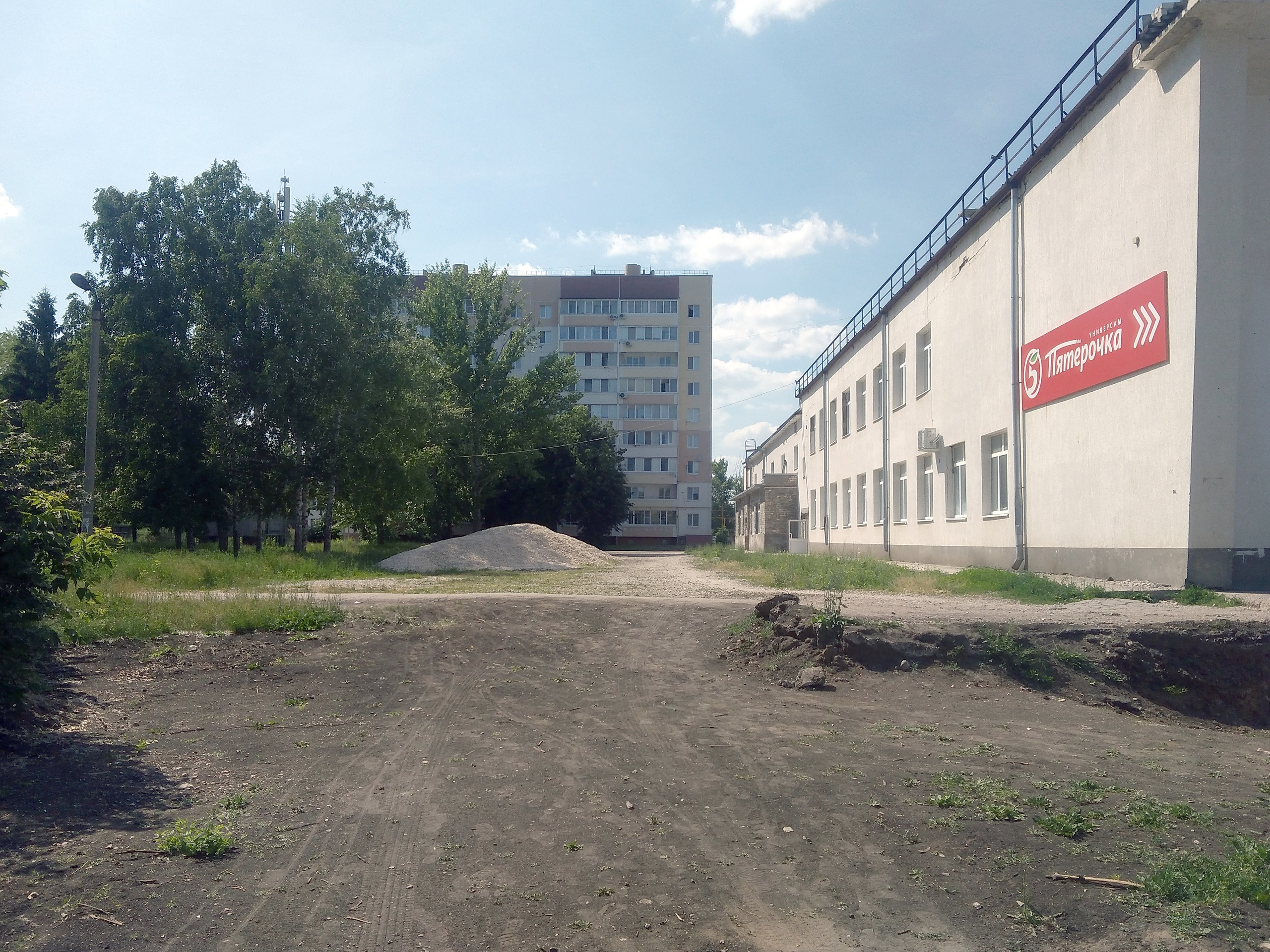 Возле ТЦ Образцовый спилили деревья