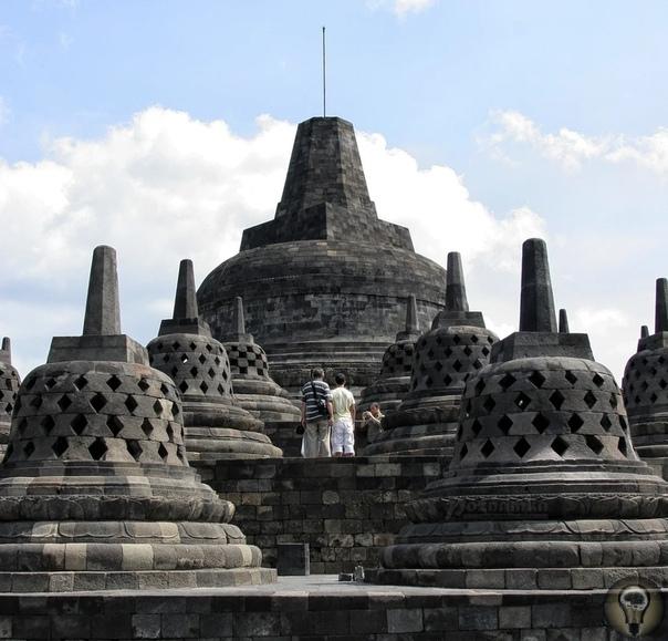 Затерянный Боробудур Одним из великих и уникальных памятников древних культур мира, по праву является величественный храмовый комплекс Боробудур, расположенных на острове Ява. Он считается самым