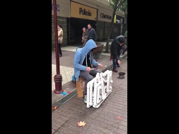 Techno на трубах Musico techno callejero con tubos техно
