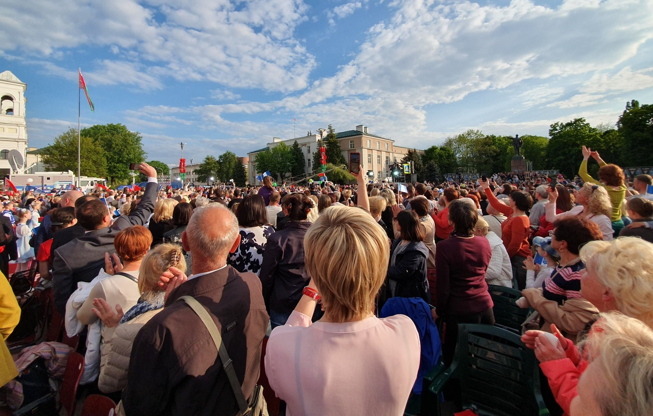 На пл. Ленина проходит концерт в честь прибытия в Брест «Пламени мира» (прямой эфир)