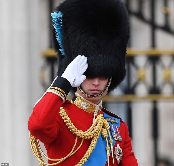 Меган Маркл совершила свой первый официальный выход после родов Она появилась на ежегодном мероприятии Trooping the Color - официальном дне рождения королевы Елизаветы II. Супруга принца Гарри