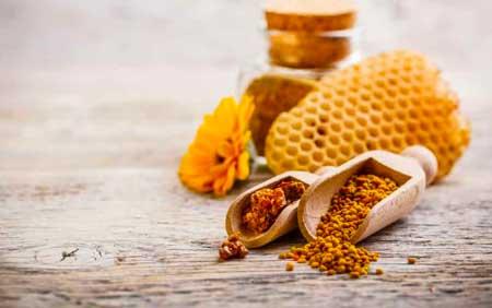 Пчелиная пыльца происходит от цветочной пыльцы, которая накапливается на телах пчел.