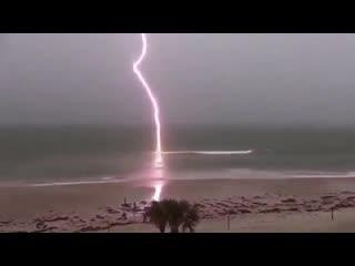 Заряд молнии бьёт в океан
