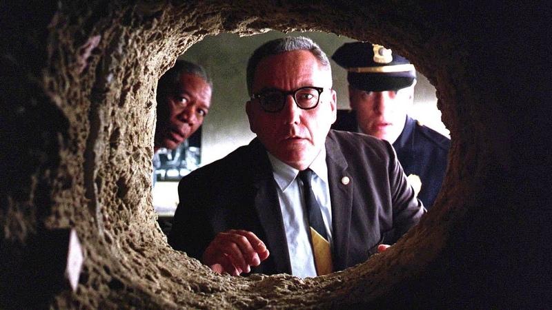 Начальник тюрьмы находит в камере Энди Дюфрейна дыру в стене. Побег из Шоушенка (1994) год.