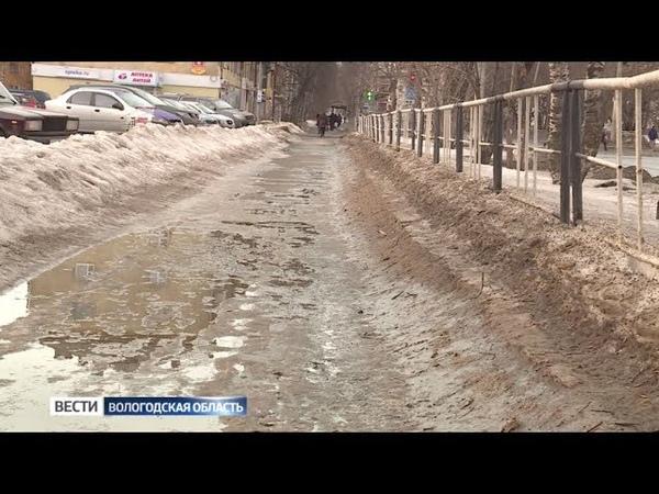 Вологжане жалуются на огромные грязные сугробы и лужи