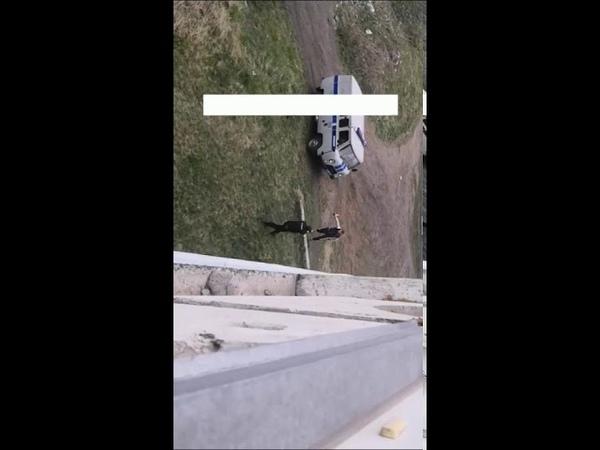 В новокузнецке полицейские застрелили мужика который прыгал на них с ножом