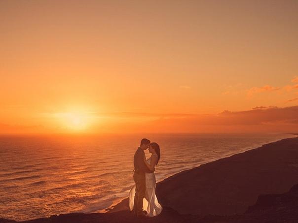 Молодая пара решила вместо стандартной свадьбы уехать с фотографом в Исландию.