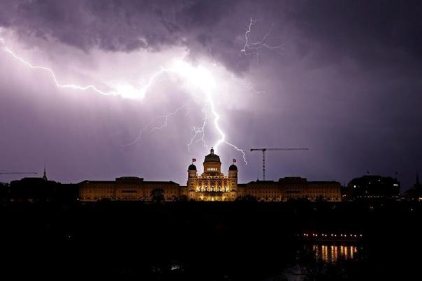 Средний удар молнии длится около 30 микросекунд