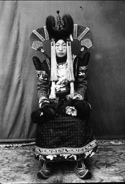 Mонгольская аристократка в национальном костюме, 1920 год
