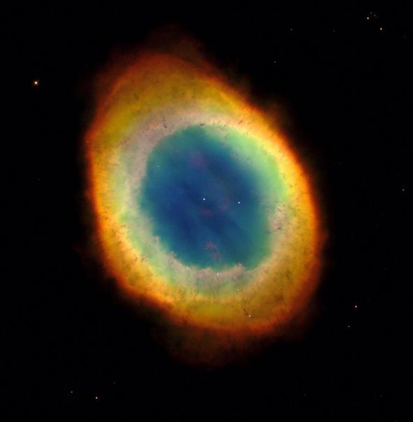 Туманность Кольцо, находящееся на расстоянии около 2000 световых лет от Земли