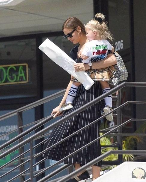 Ирина Шейк на прогулке с дочерью Леей в Лос-Анджелесе