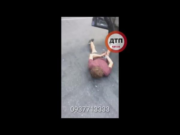 Видео задержания неадекватного водителя автомобиля Volkswagen который устроил ночную погоню в Киев