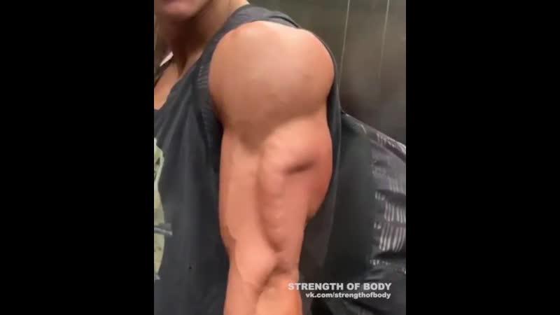 Strength of Body Накаченная девушка показывает трицепс