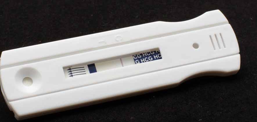 Домашний тест на беременность может быть отрицательным, если женщина тестирует слишком рано после появления симптомов беременности.