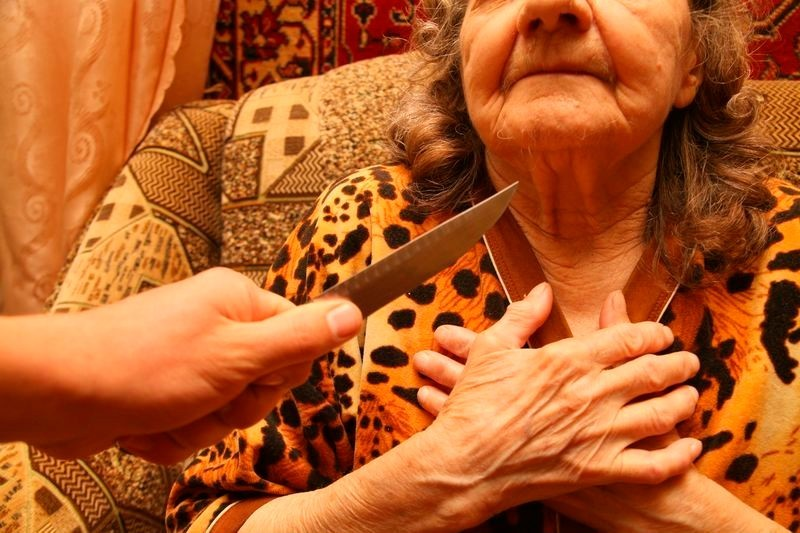 В Исправной угрожая ножом налетчик отобрал у пенсионерки все денежные средства
