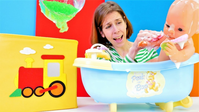 Baño del bebé Reborn con espuma y burbujas. Bañera de juguete. Juguetes de agua.