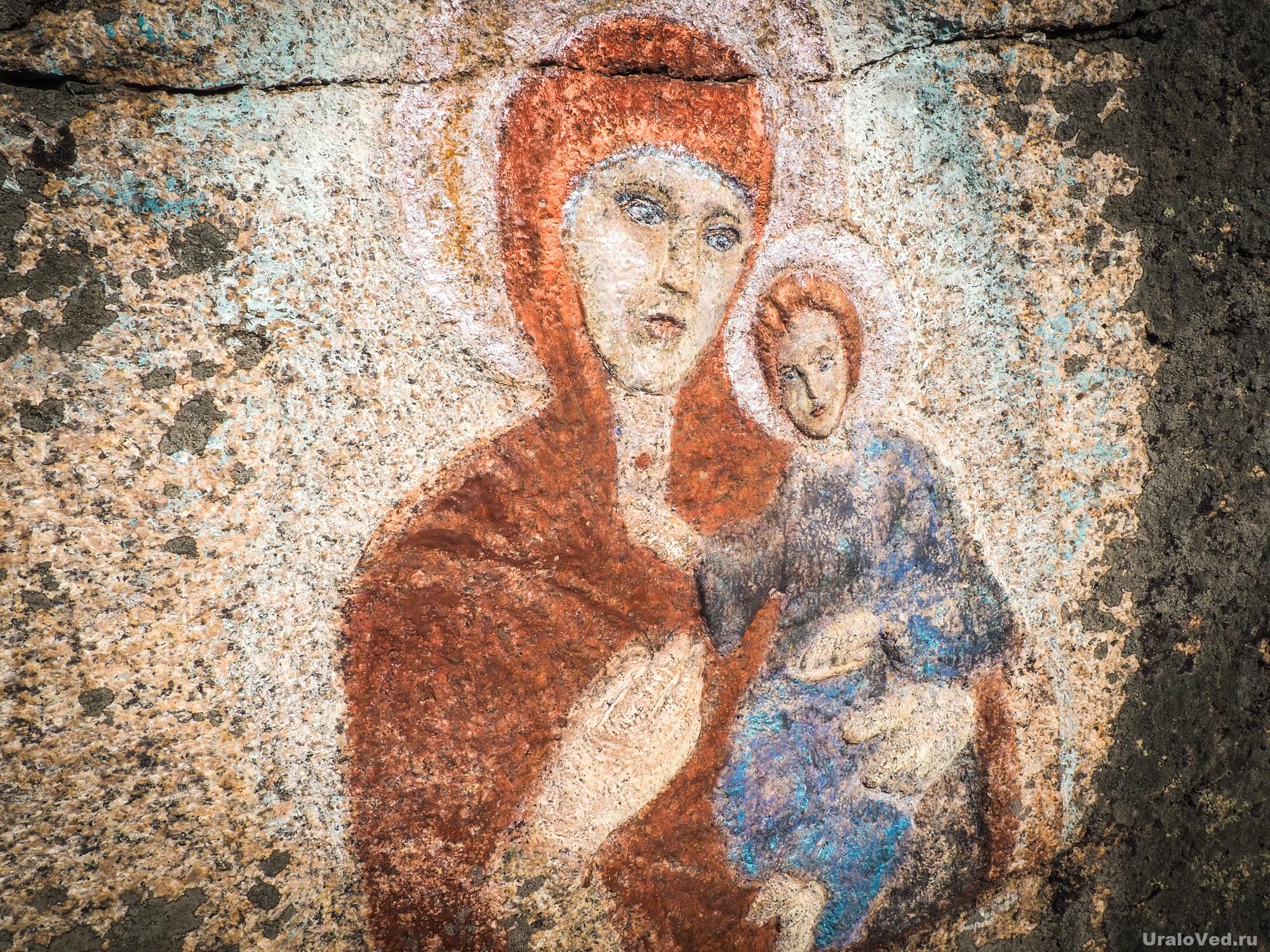 Богоматерь с младенцем на скале