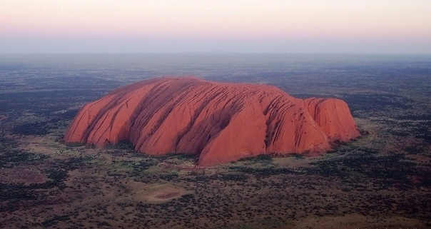 Красивейшую австралийскую скалу закрывают для посещения К ней выстроилась гигантская очередьТуристы спешат подняться на вершину Улуру в последний раз.С субботы, 26 октября 2019 года, подъем на