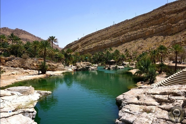 Райский оазис Вади Шааб (Wadi Shab) в пустыне, Оман Оазис Вади Шааб это поистине рай на земле, здесь есть большой водоем и банановая плантация, растительность, живописные скалы, а также умиляет