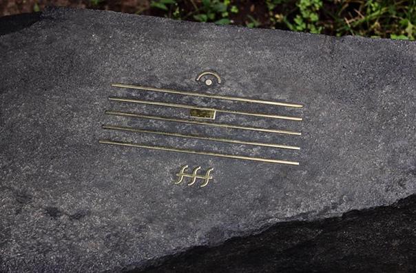 Это надгробный камень, установленный на могиле композитора Альфреда Шнитке