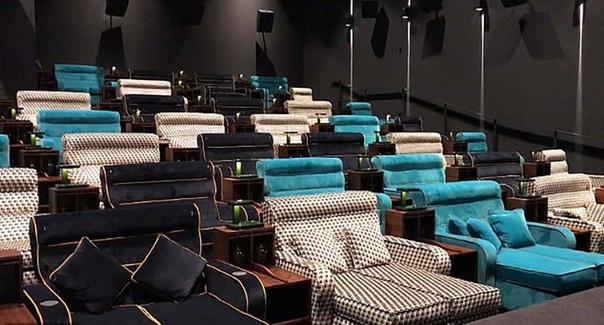 В Швейцарии открыли кинотеатр с двойными кроватями вместо кресел В Швейцарии открылся новый концептуальный кинотеатр, в котором зрителям предлагается развалиться на двуспальных кроватях, а не