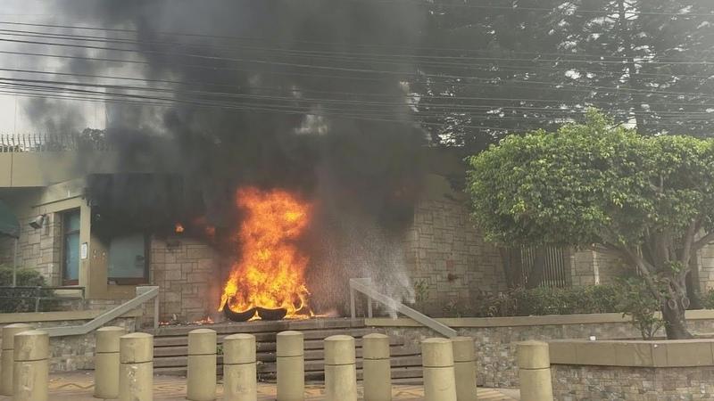 Encapuchados queman portón de embajada de EEUU en Honduras durante protestas | AFP