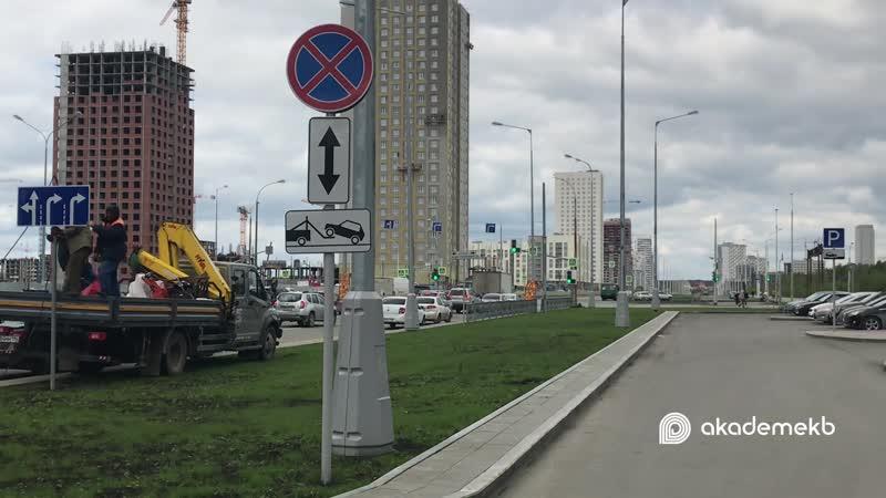 Установка дорожных знаков на проспекте Академика Сахарова