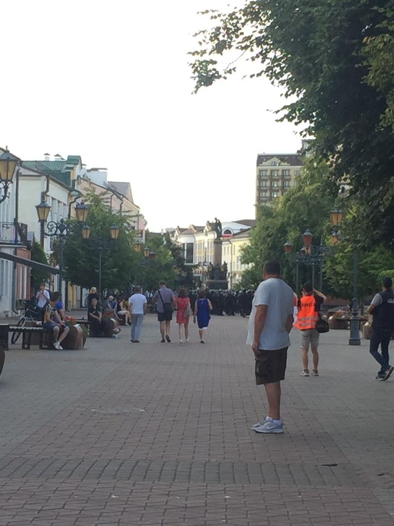 Вечером 10-го в Бресте неспокойно: ОМОН марширует по Советской, много милиции. Но и людей хватает