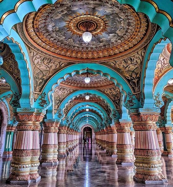 Внутри Дворца Майсур в штате Карнатака, Индия