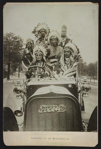 На этом фото образца 1905 года запечатлено, как коренные американцы в национальной одежде катаются на Pope-Toledo
