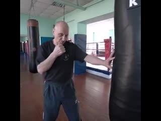 Заслуженный тренер России по боксу показывает как нужно бить по мешку