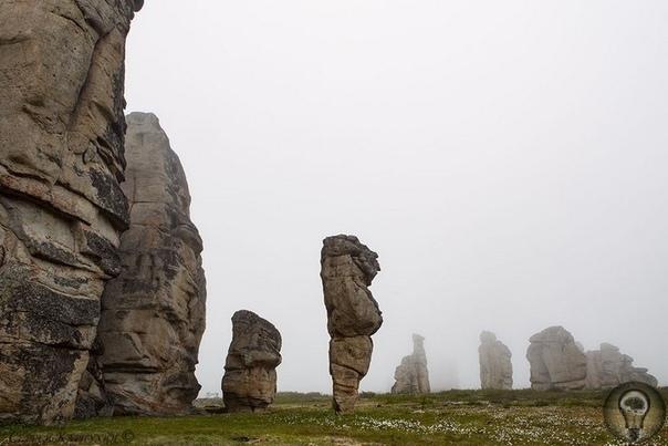 Улахан-Сис - гранитный природный город Якутии Горный якутский кряж Улахан-Сис представляет собой возвышенность в междуречье Алазеи и Индигирки. И вот здесь, посреди дикой тундры, протянулись